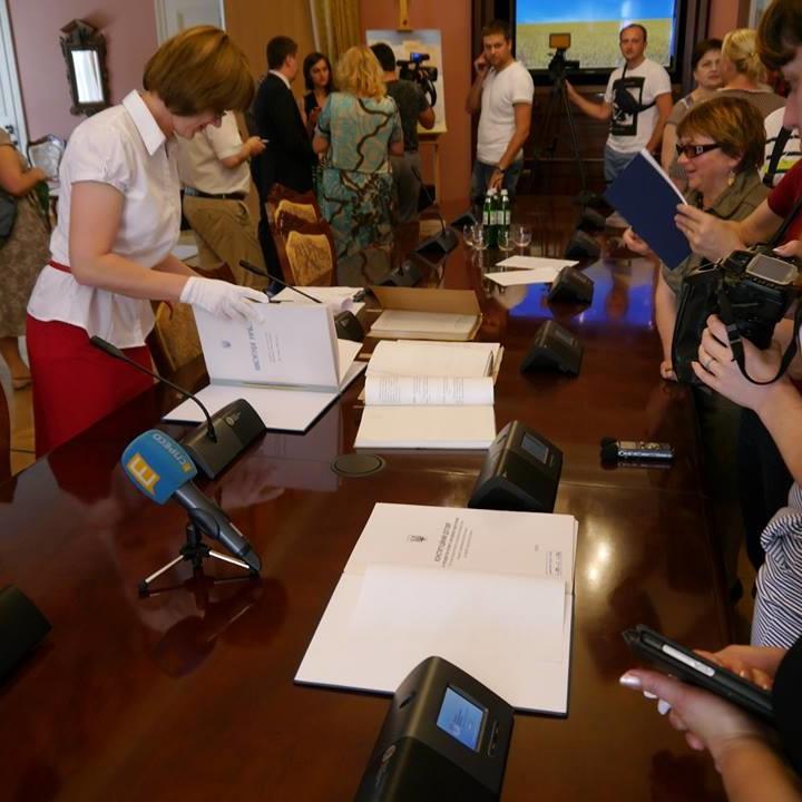 """Виставка під назвою """"Конституційний вимір українського державотворення"""""""